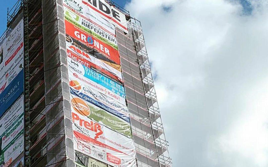 Banner am Kirchturm